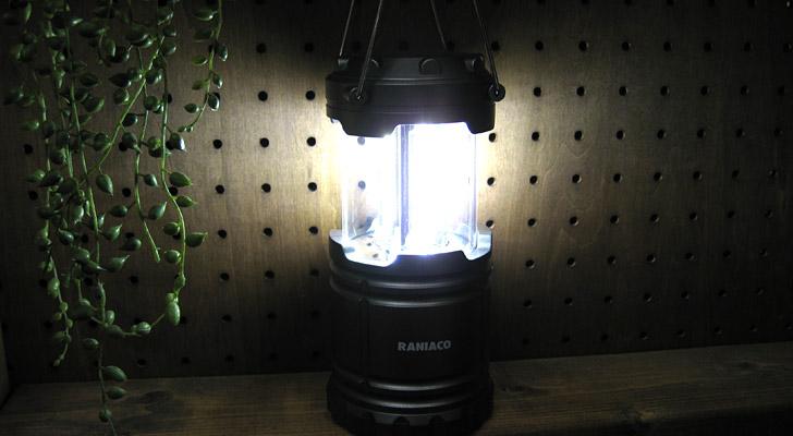 普段、使わない時には、上の写真のように収縮されている状態なのですが、使うときには本体を伸ばすことで明かりも自動的に点灯します。