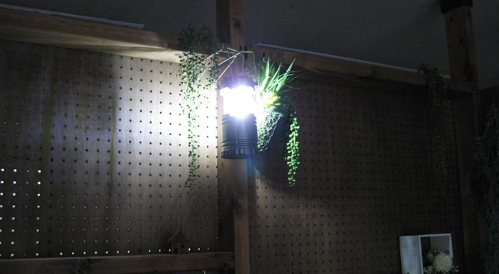 手持ち用のハンドルを、壁の出っ張りやテントの天井にひっかけることで、上から全体を照らすことも可能です。