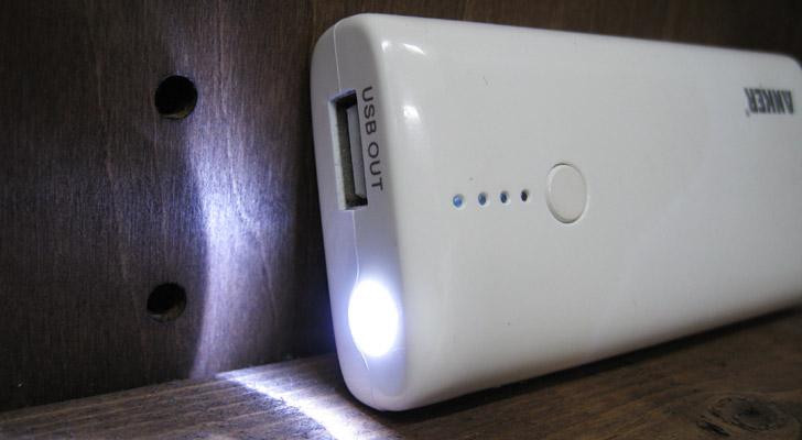 このようにスマホを充電できるモバイルバッテリーですが、スマホの充電だけではありません!USBに接続して使うようなライトやカイロ、扇風機やラジオなどもモバイルバッテリーがあれば使えるのです。