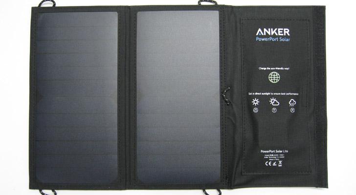 充電をする際には、こちらの写真のように広げて使います。サイズは約460×280×4mmとなっています。